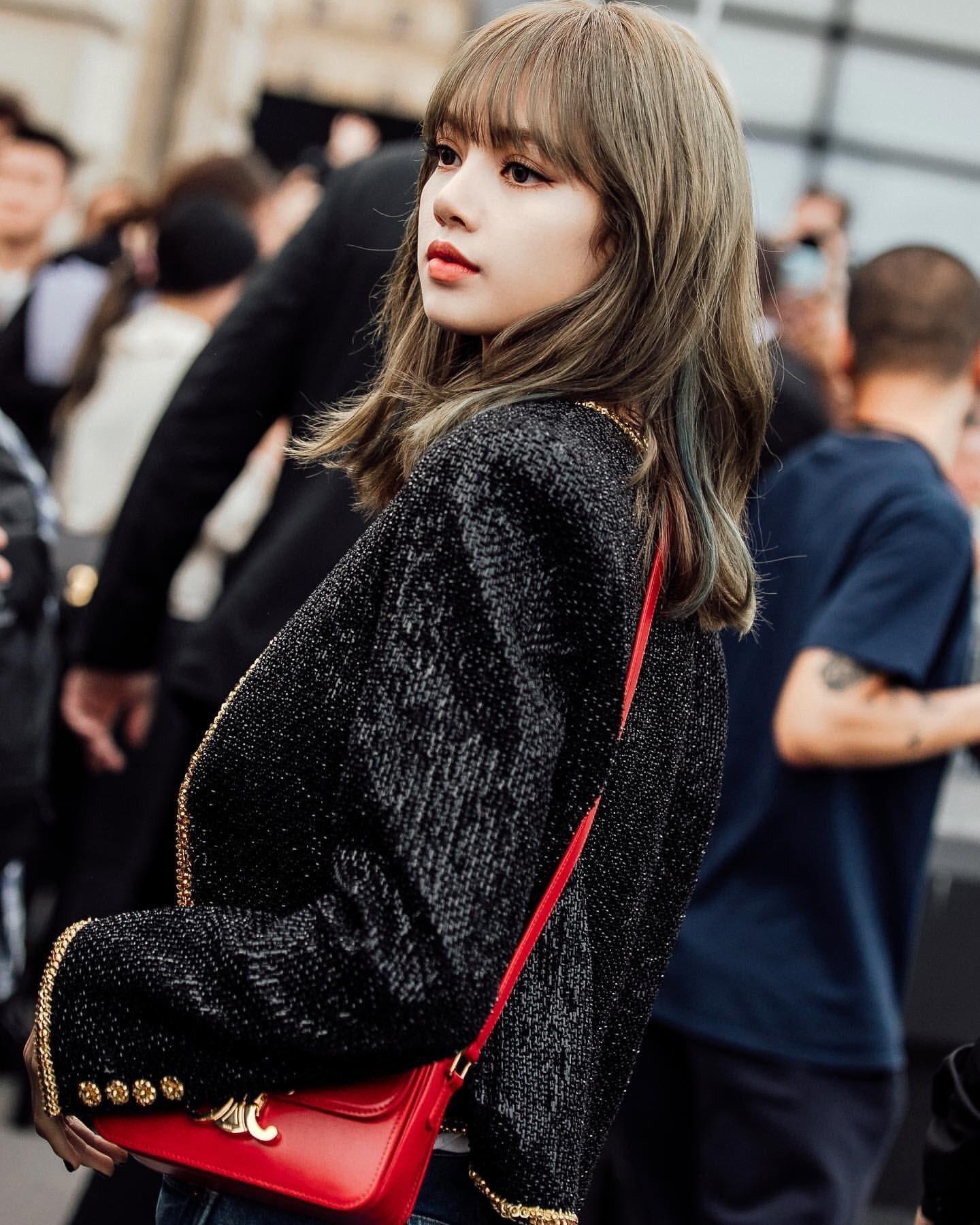 Lisa diện áo khoác đen viền vàng và túi xách đỏ tại show diễn Celine Menswear Xuân - Hè 2020