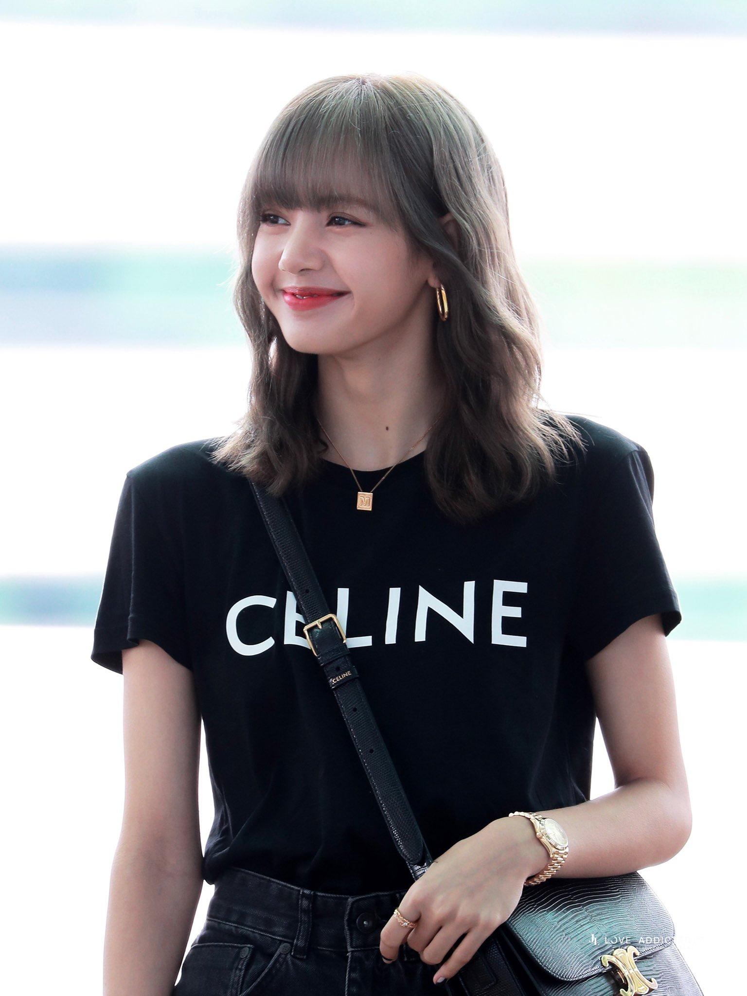 Lisa mặc áo thun Celine màu đen và quần jeans đen tại sân bay
