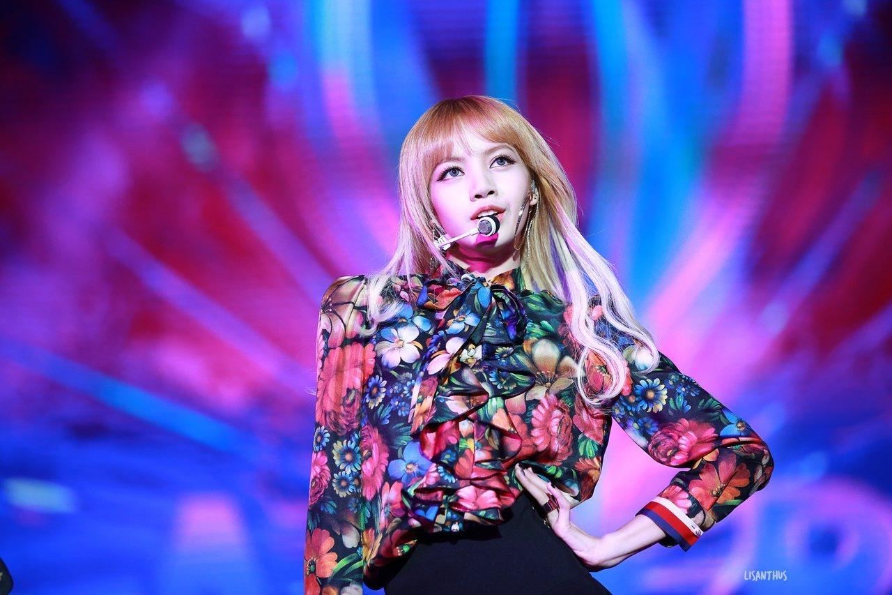 Lisa (BLACKPINK) diện áo sơ mi voan in hoa trên sân khấu Playing With Fire