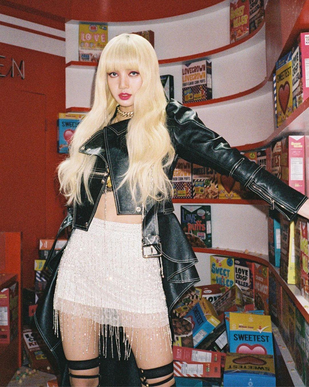 Lisa (BLACKPINK) diện áo khoác da và chân váy tua rua lấp lánh trong MV Kill This Love