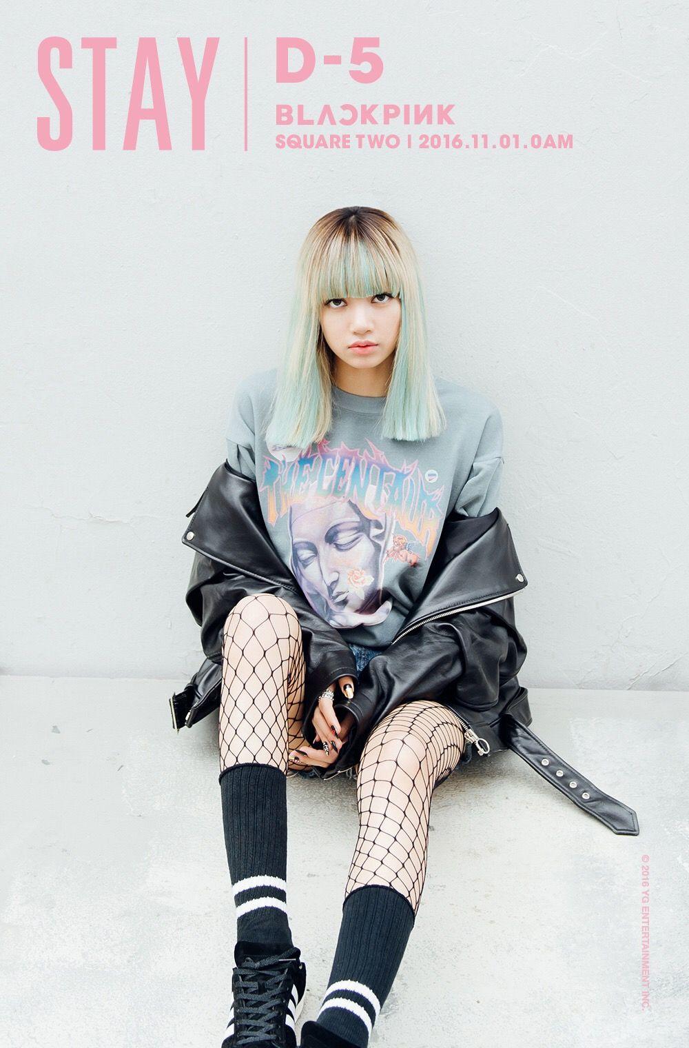 Lisa (BLACKPINK) mặc áo thun, áo khoác da, quần shorts, tất lưới và giày sneakers trong MV Stay