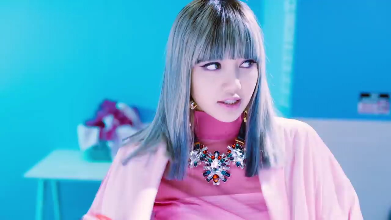 Lisa (BLACKPINK) nhuộm tóc xanh, mặc đồ hồng, đeo dây chuyền to bản trong MV Whistle