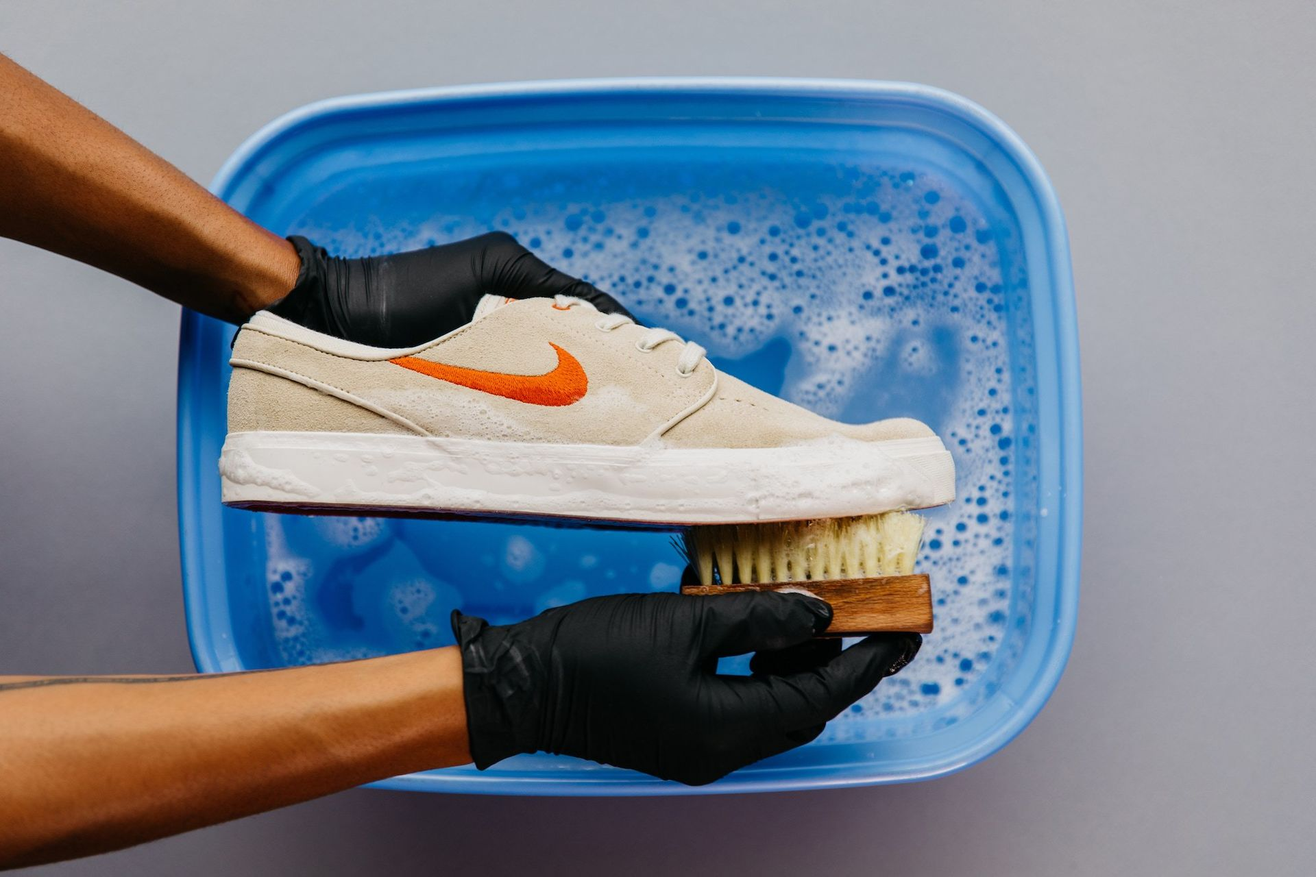 làm sạch giày thể thao