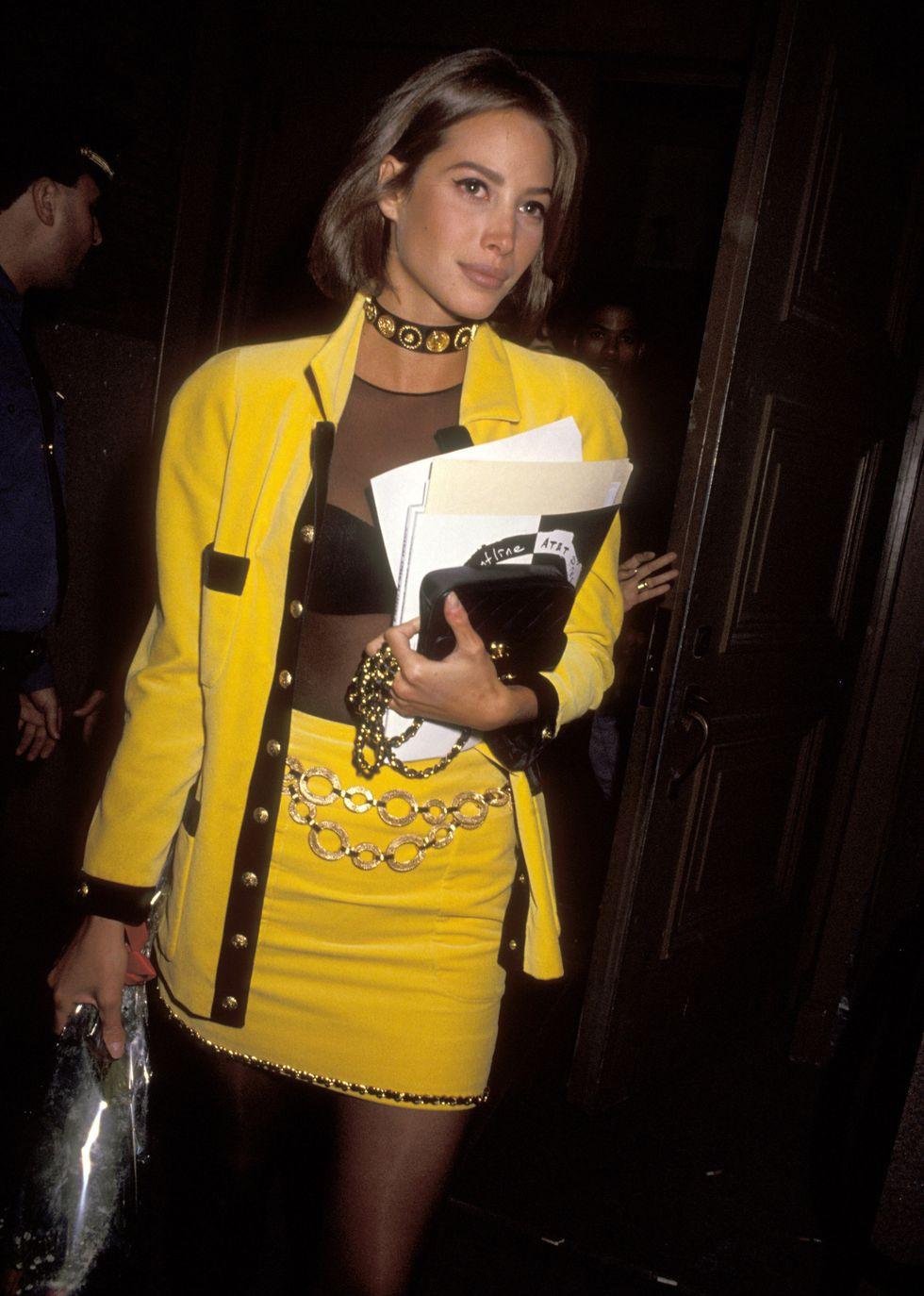 Người mẫu Christy Turlington mặc skirt suit màu vàng của Versace năm 1991