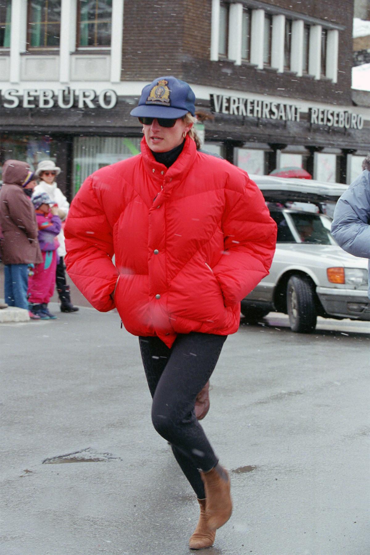 Công nương Diana mặc áo phao đỏ và quần bó đen vào mùa đông