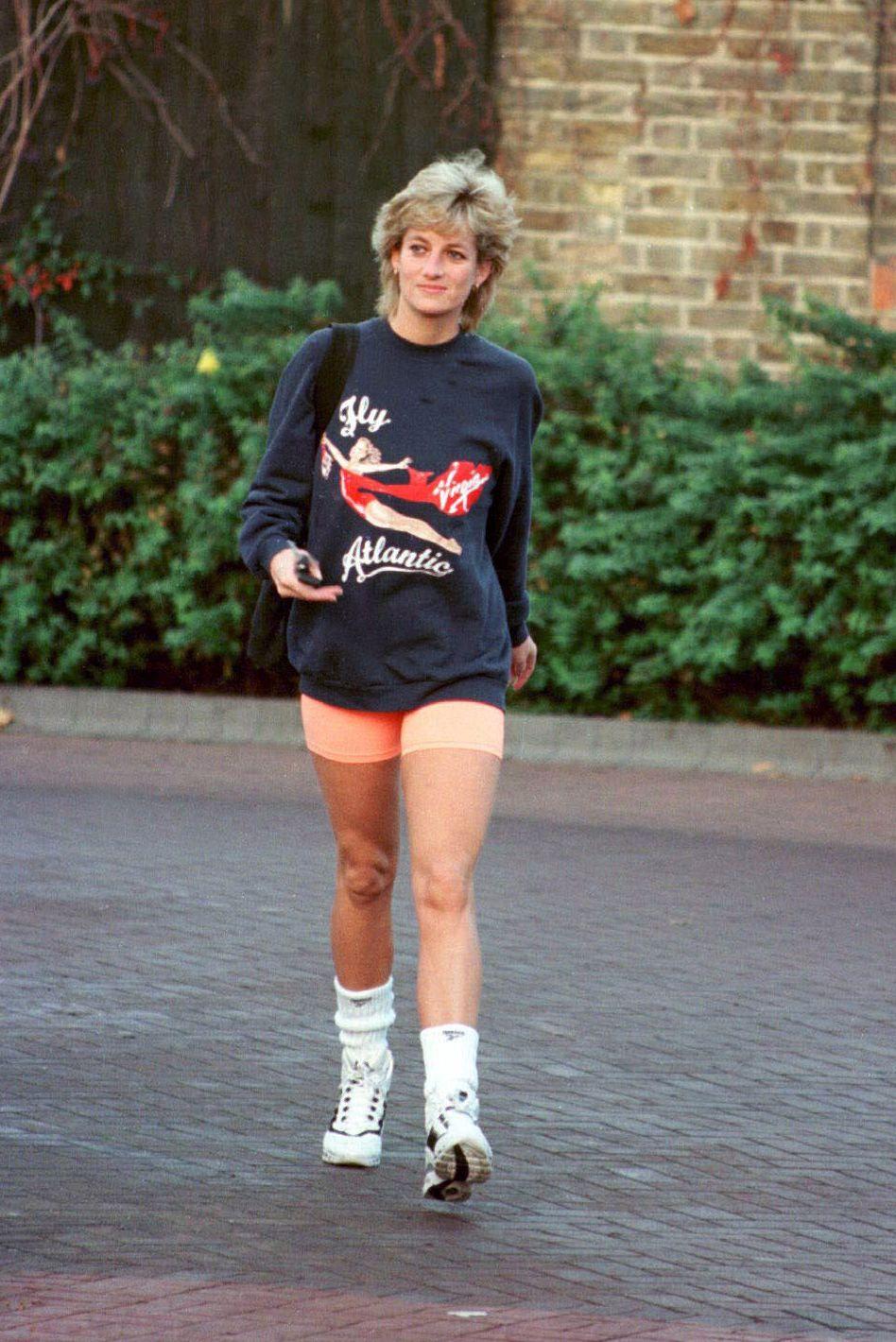 Công nương Diana mặc áo sweater và quần biker shorts, mang giày thể thao năm 1995