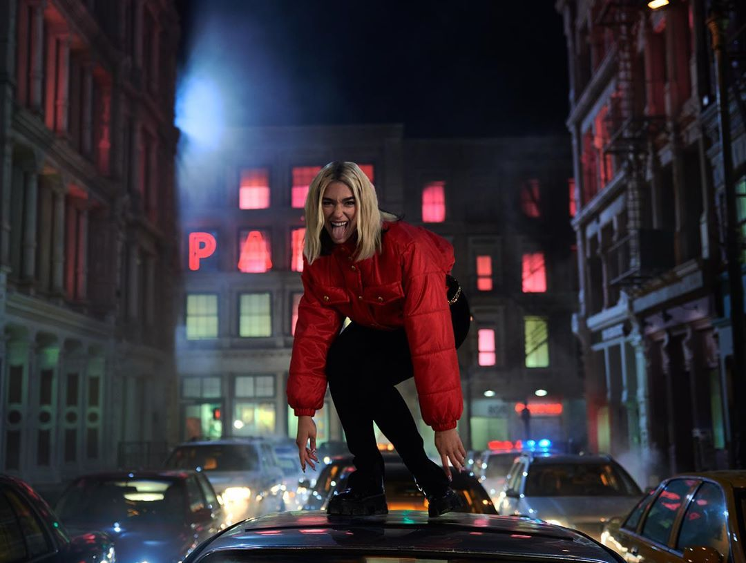 Dua Lipa mặc áo khoác Chanel màu đỏ và quần bó đen trong MV Break My Heart