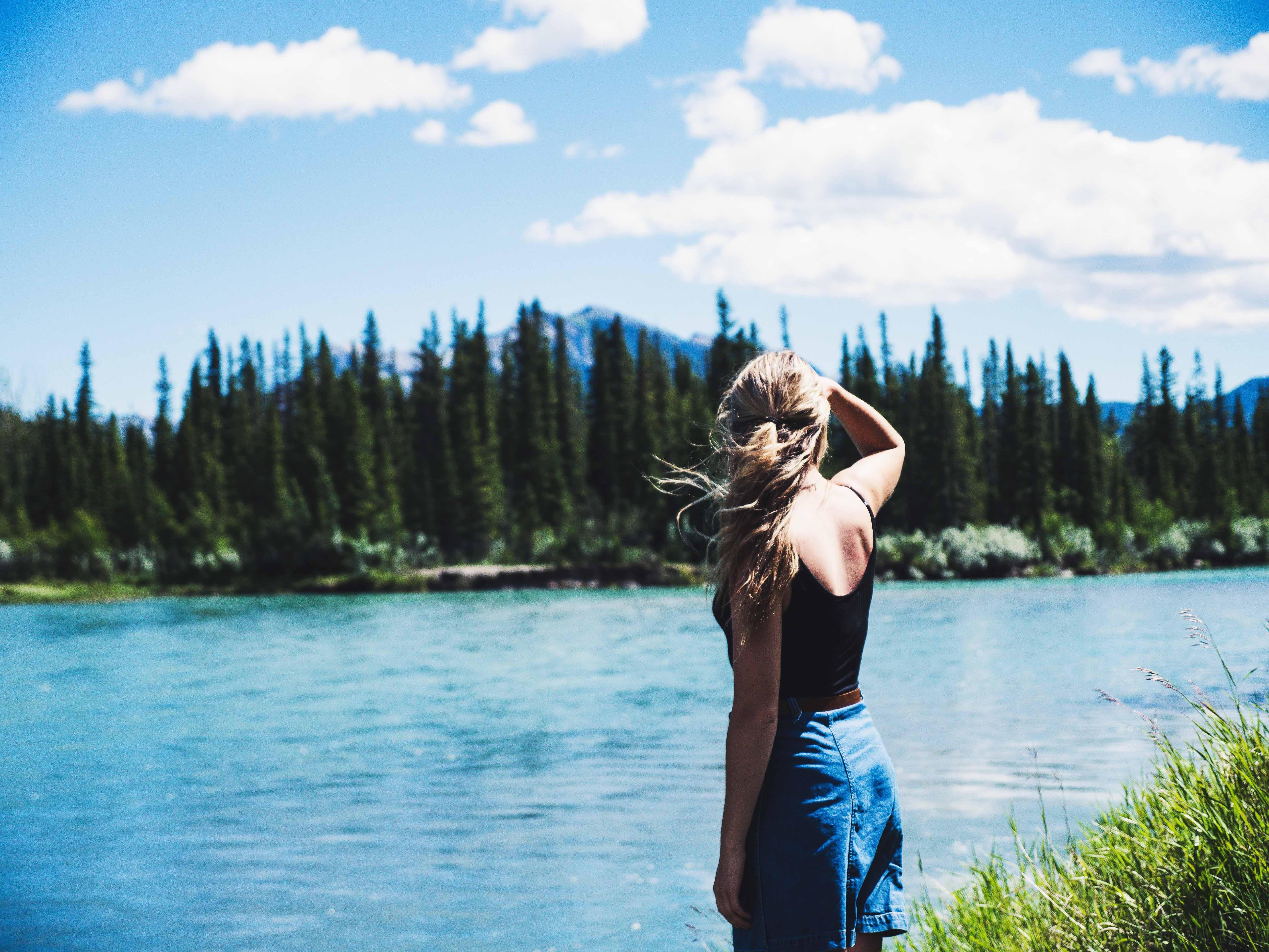 cô gái bên hồ nước thiên nhiên