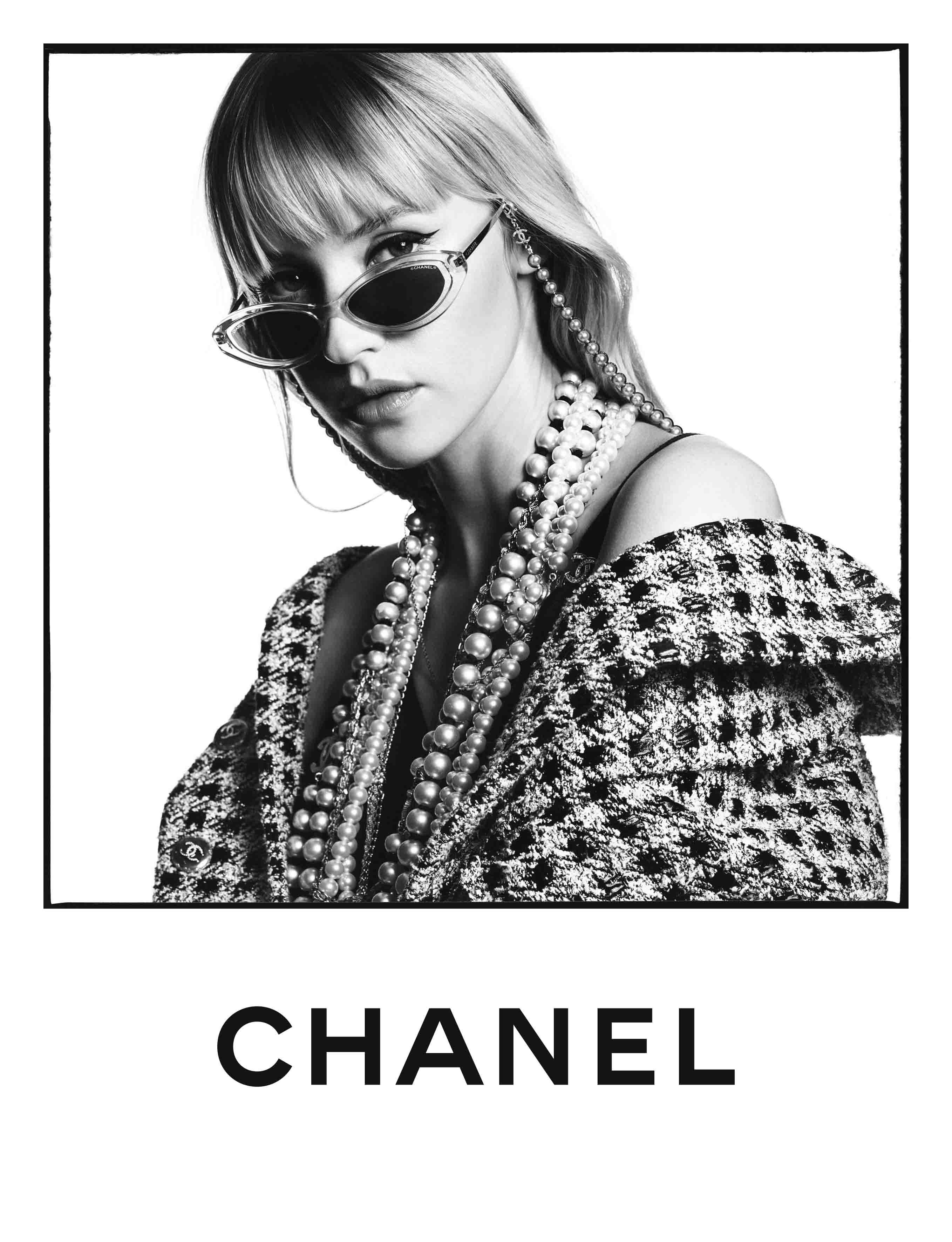 nữ ca sĩ Angèle trong chiến dịch kính mát Xuân-Hè 2020 của Chanel