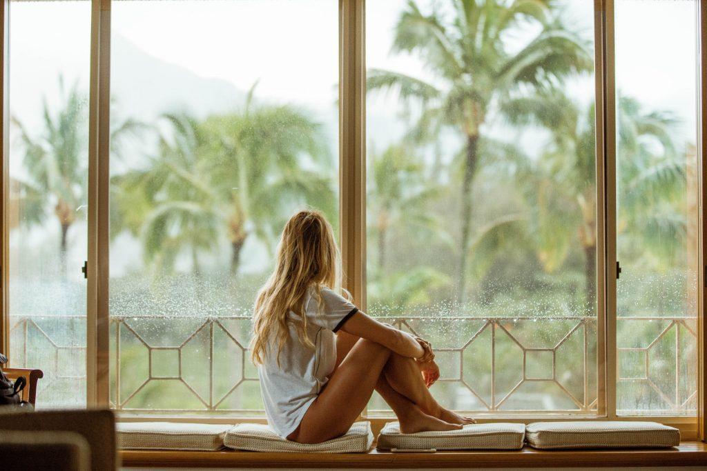 Vitamin D-Cô gái ngồi bên cửa sổ.