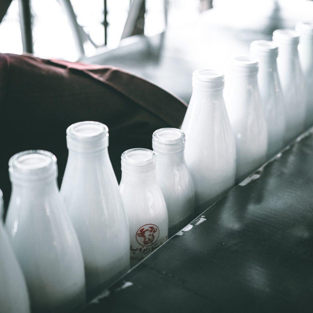 Vitamin D-Những chai sữa.