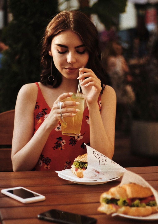 Tăng cân nhanh-Cô gái cầm ly nước.