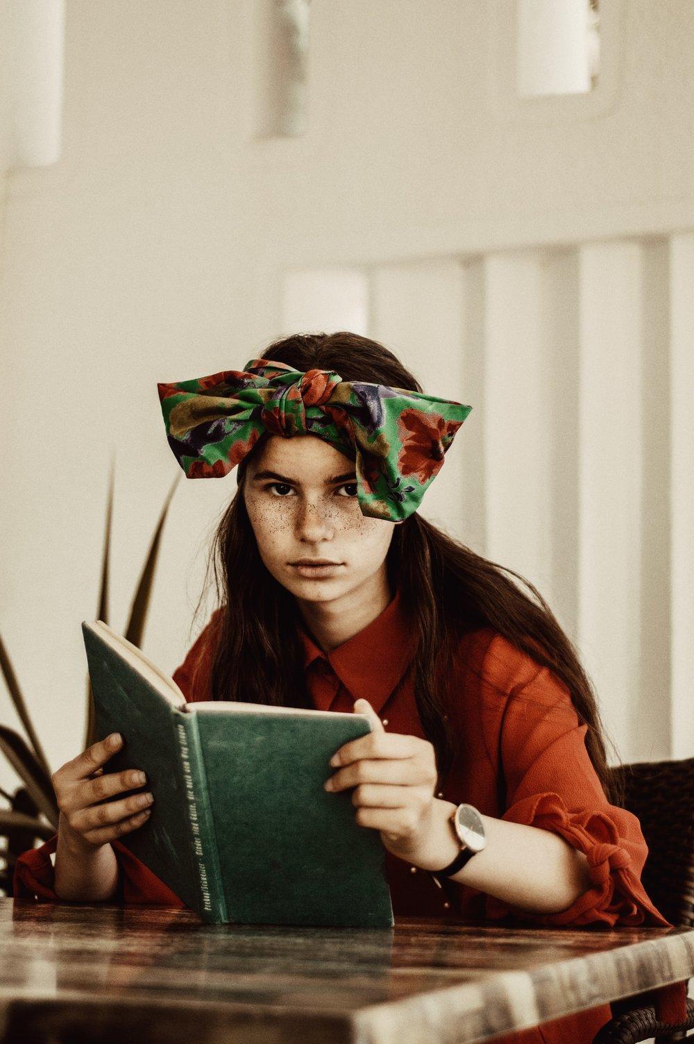 Cách trị mụn-Cô gái cầm sách.