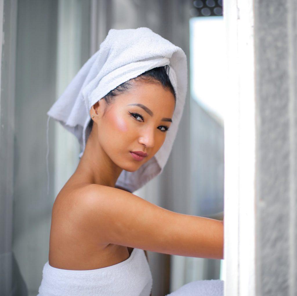 Cách trị mụn-Cô gái quấn khăn tắm.