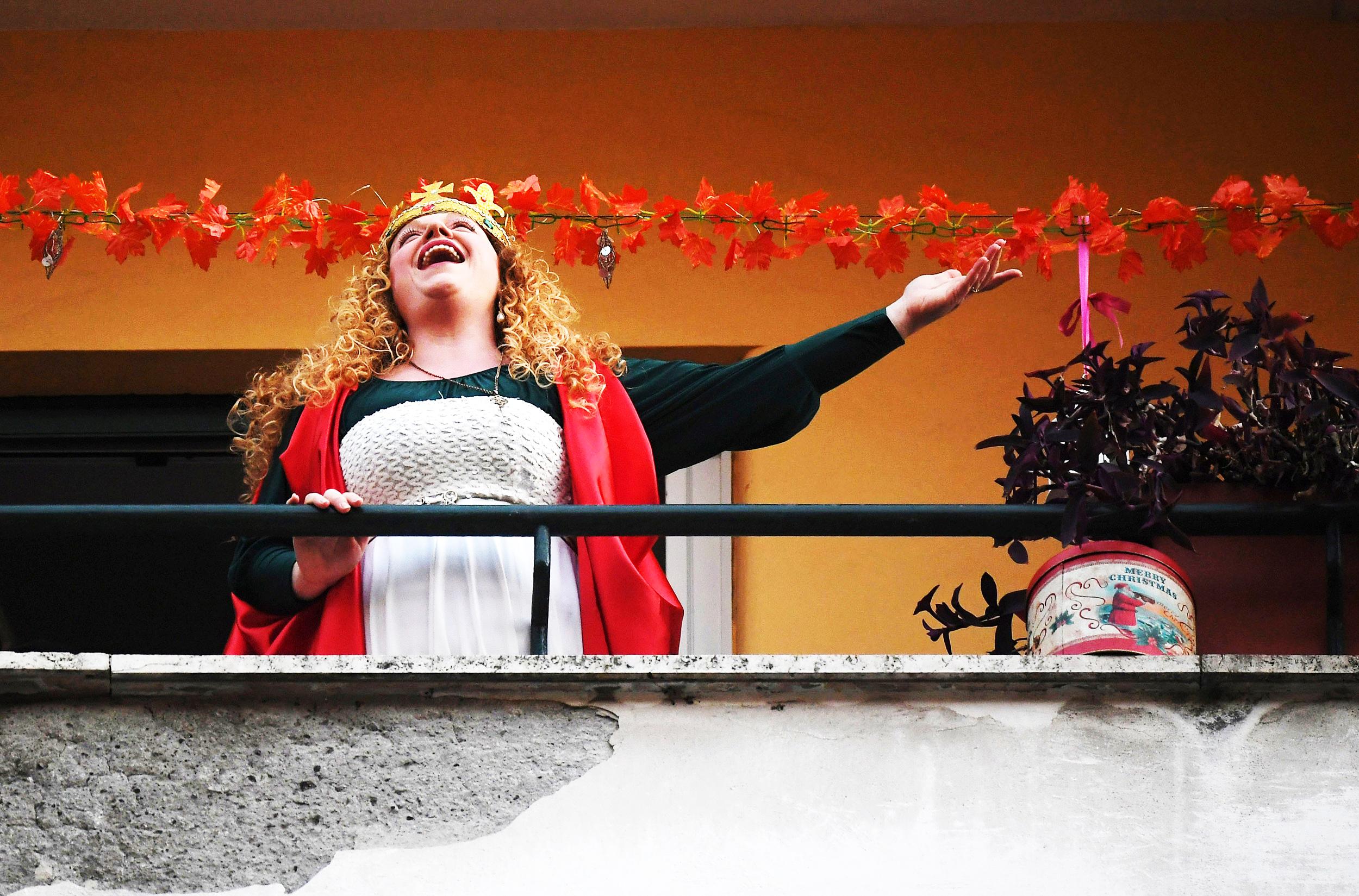 người phụ nữ Ý hát trên ban công khi bị cách ly
