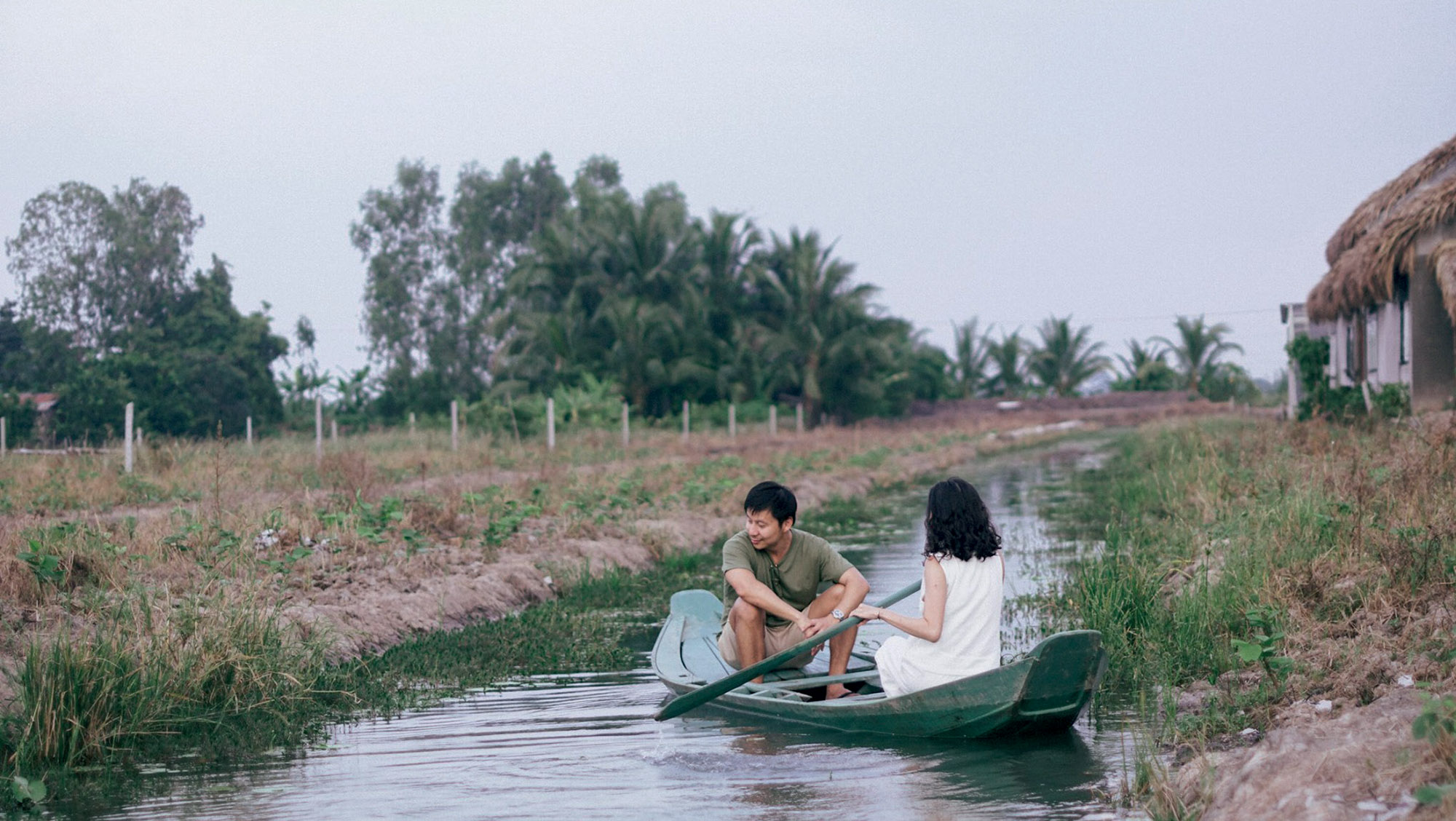 cặp đôi chèo thuyền