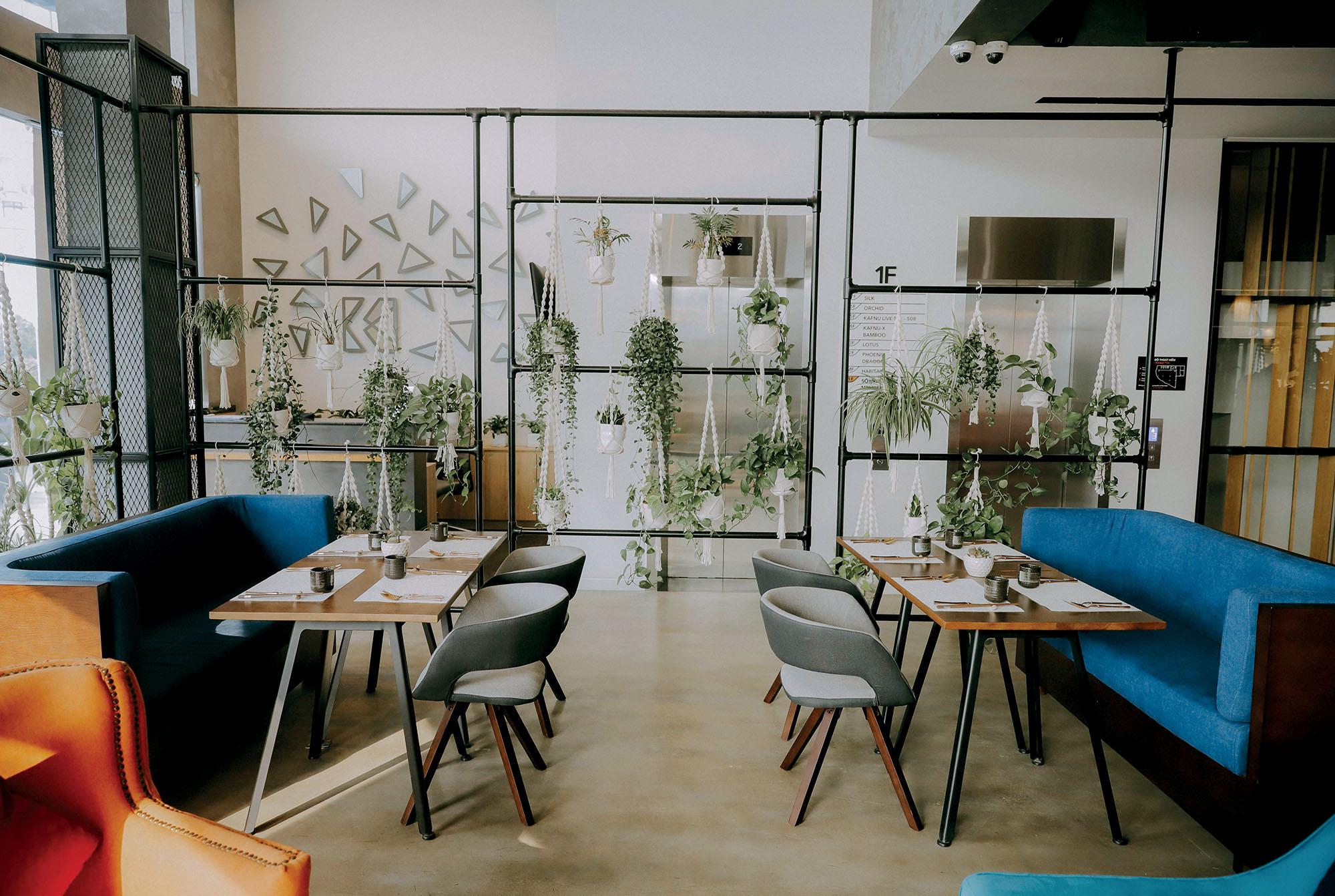 địa điểm nhà hàng với nội thất sáng màu