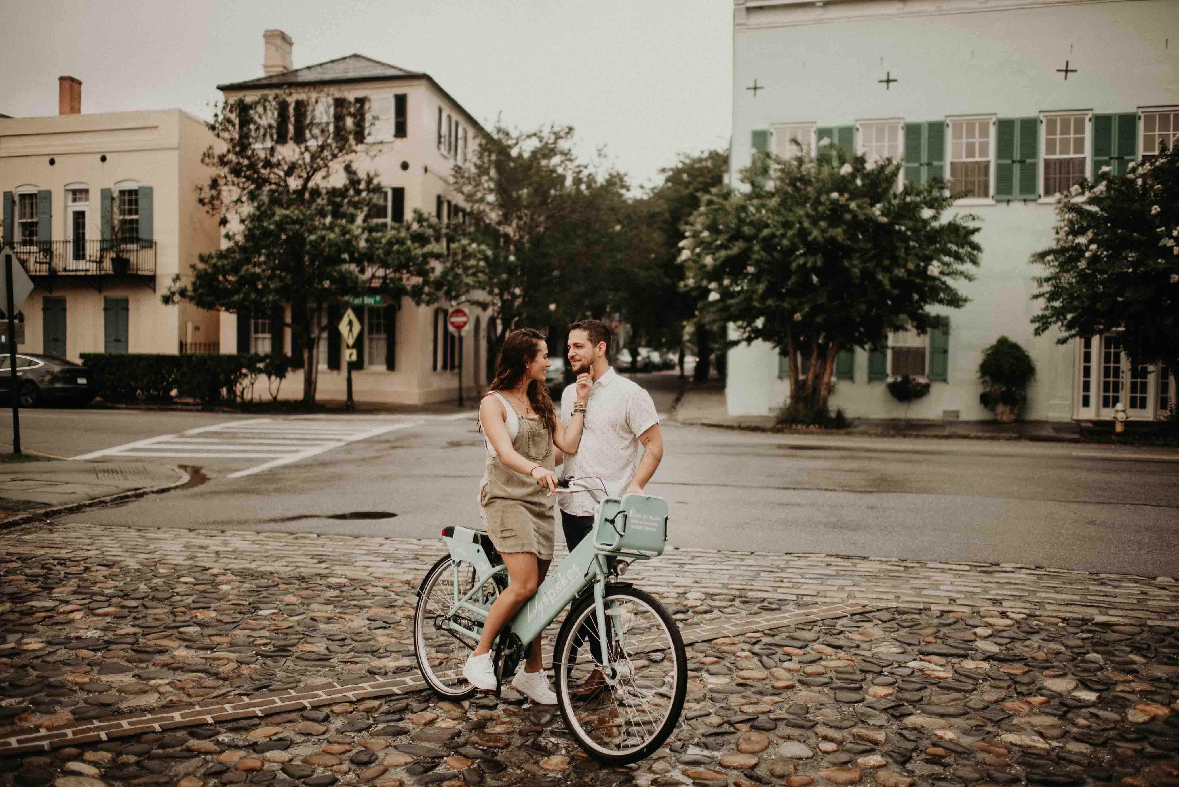 cặp đôi cung hoàng đạo và chiếc xe đạp