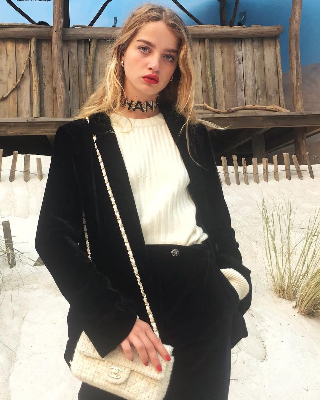 Tín đồ thời trang Pháp Adele Farine mặc suit nhung, đeo túi và choker Chanel
