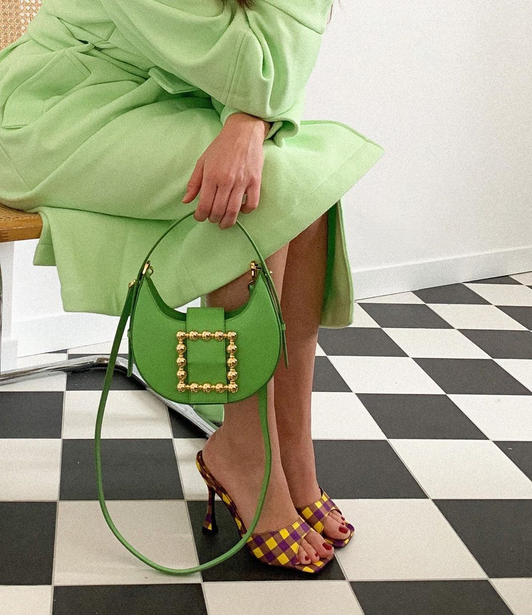 Tín đồ thời trang Pháp Alice Violier cầm túi màu xanh lá và mang guốc kẻ ô