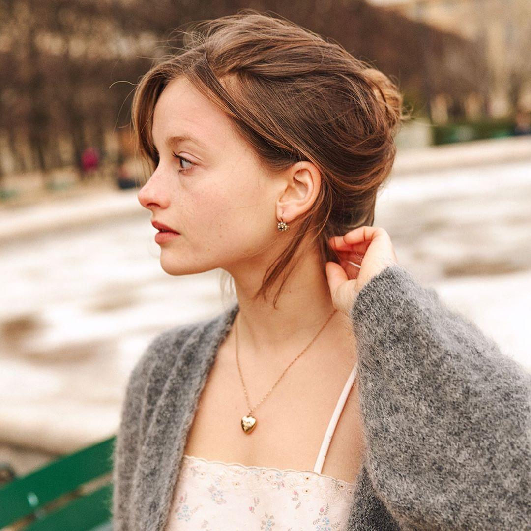 Tín đồ thời trang Pháp Camille Yolaine mặc áo đầm hai dây, áo khoác len, đeo dây chuyền mảnh