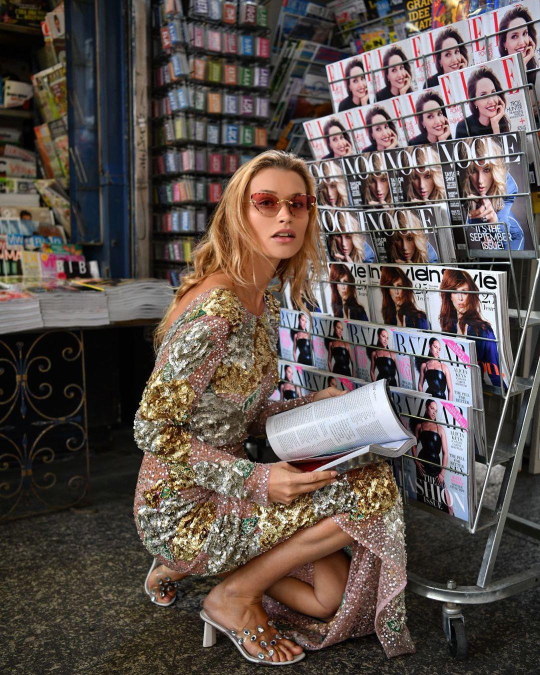 Tín đồ thời trang Pháp Chloe Careux mặc đầm sequin dài, mang guốc cao gót và đeo kính mát tròn