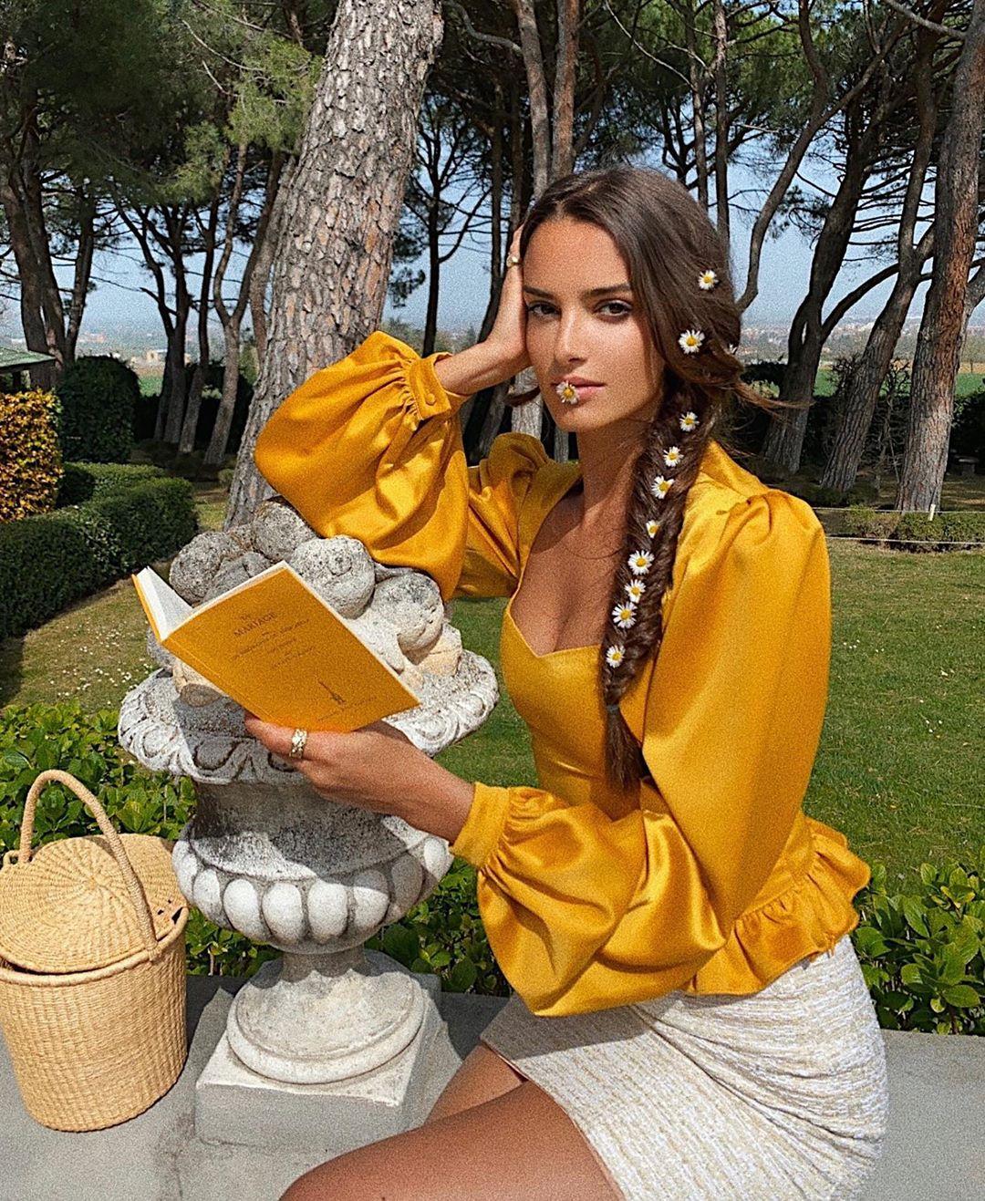 Tín đồ thời trang Pháp Gabrielle Caunesil mặc áo stain màu vàng và quần shorts trắng