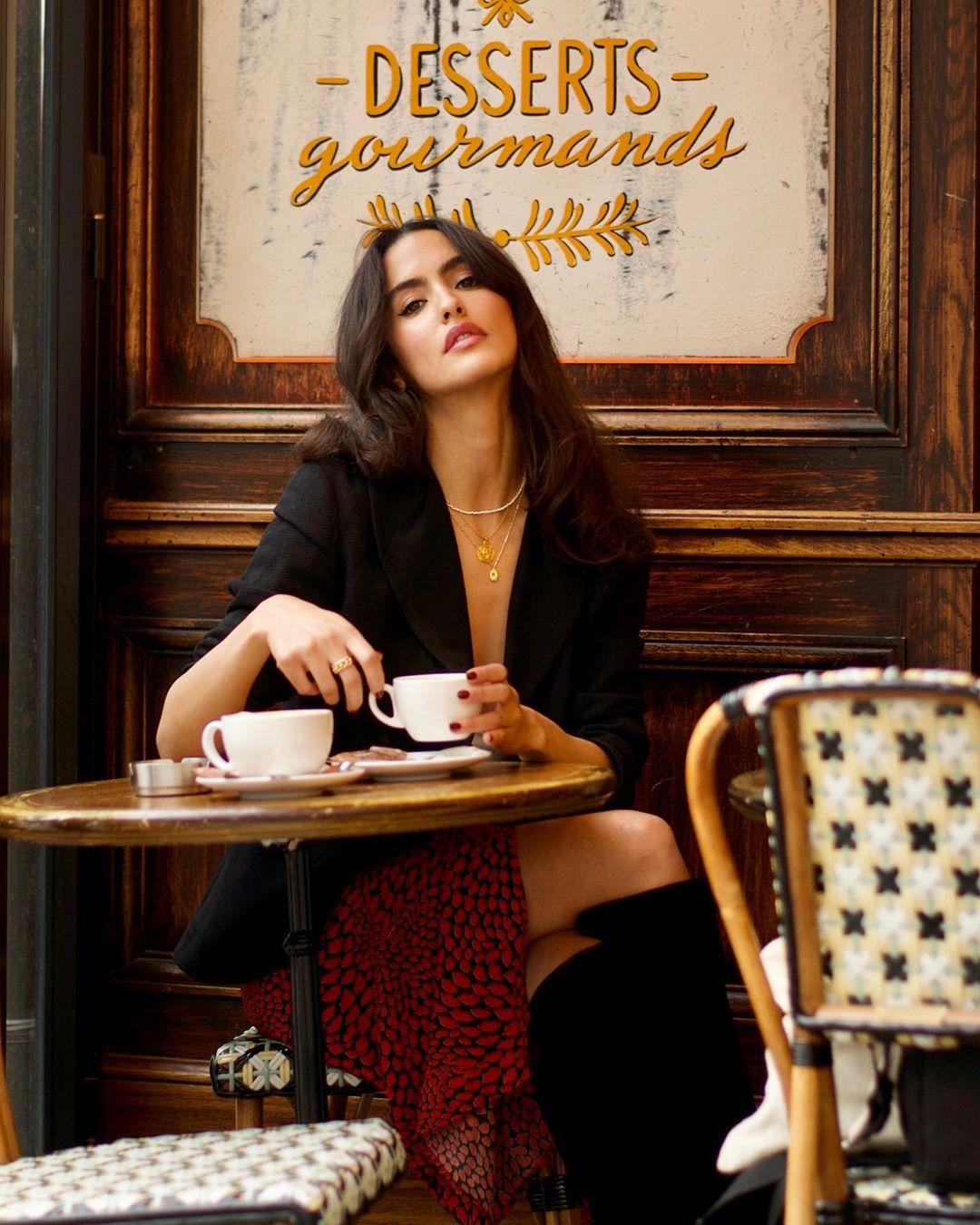 Tín đồ thời trang Pháp Juny Breeze mặc blazer, chân váy đỏ và giày bốt cao
