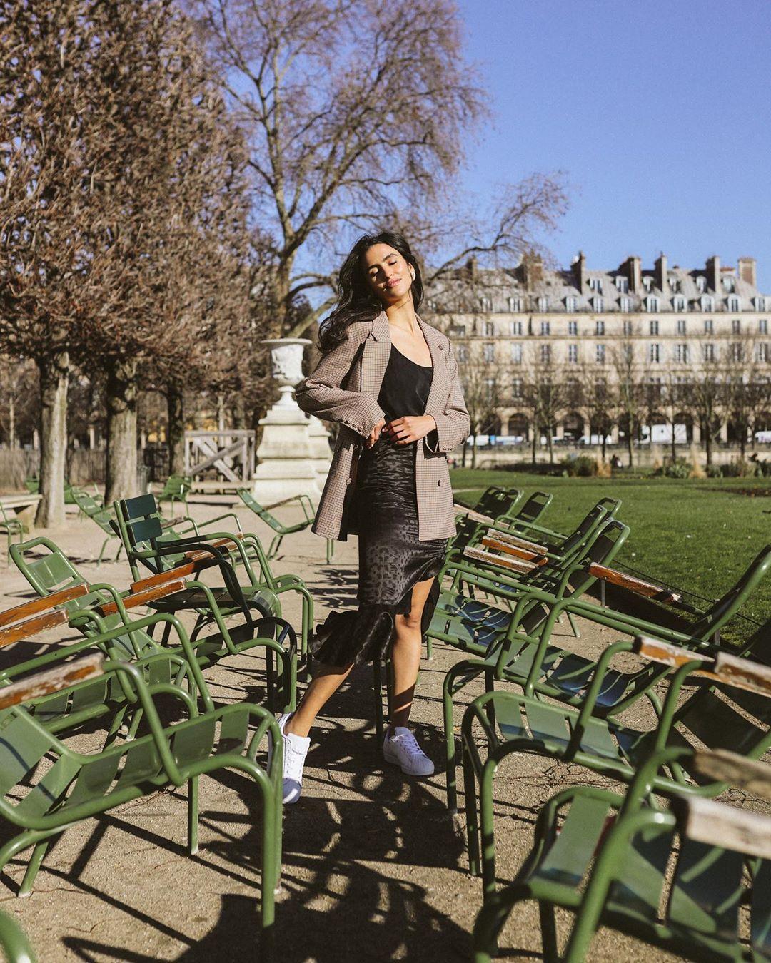Tín đồ thời trang Pháp Juny Breeze mặc blazer, chân váy bút chì và giày sneakers trắng