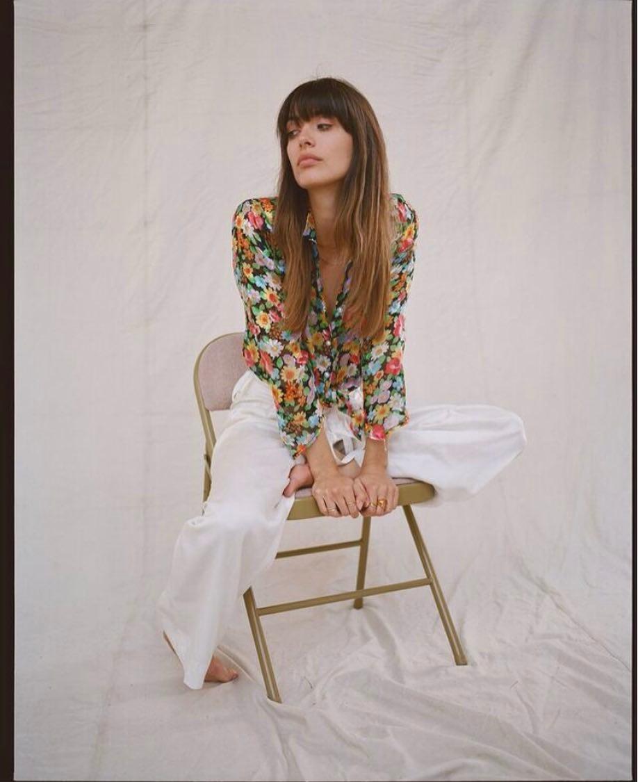Tín đồ thời trang Pháp Louise Follain mặc áo sơ mi hoa, quần suông trắng