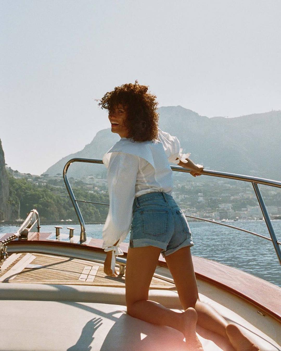 Tín đồ thời trang Pháp Melodie Vaxelaire mặc áo sơ mi trắng, quần shorts jeans