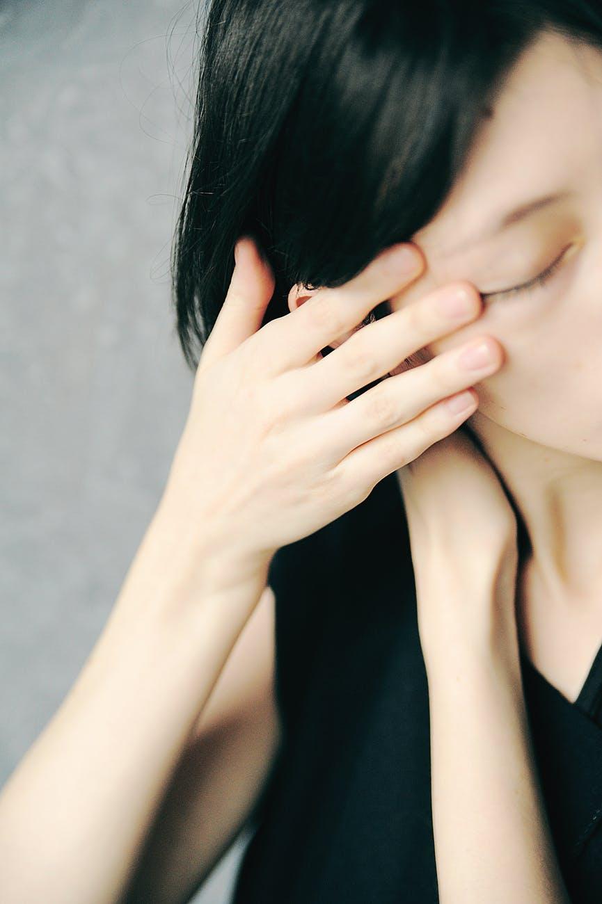 Chăm sóc da mặt-Cô gái đưa tay lên mặt.