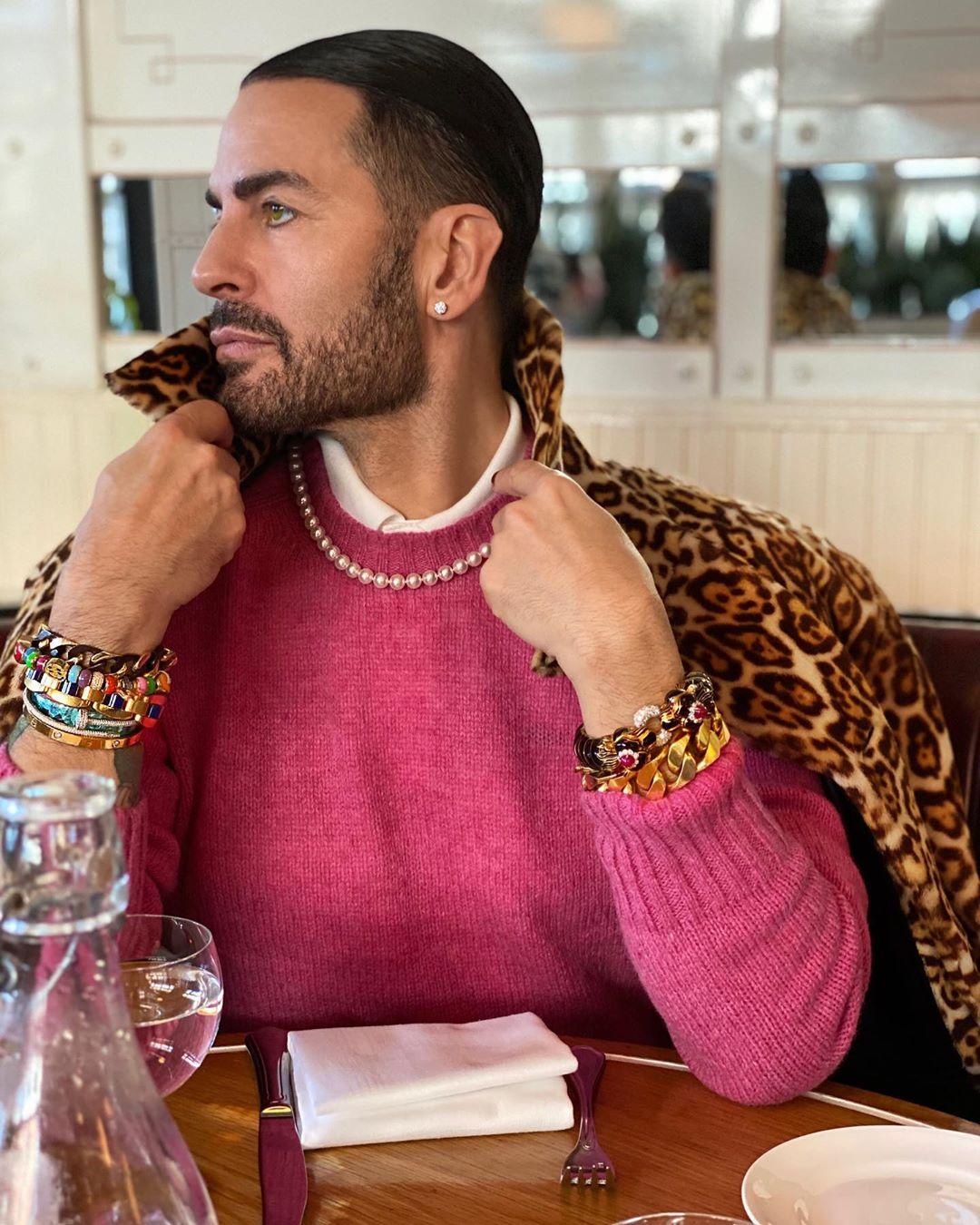 marc jacobs mặc áo len hồng áo khoác da báo phụ kiện vòng cổ ngọc trai
