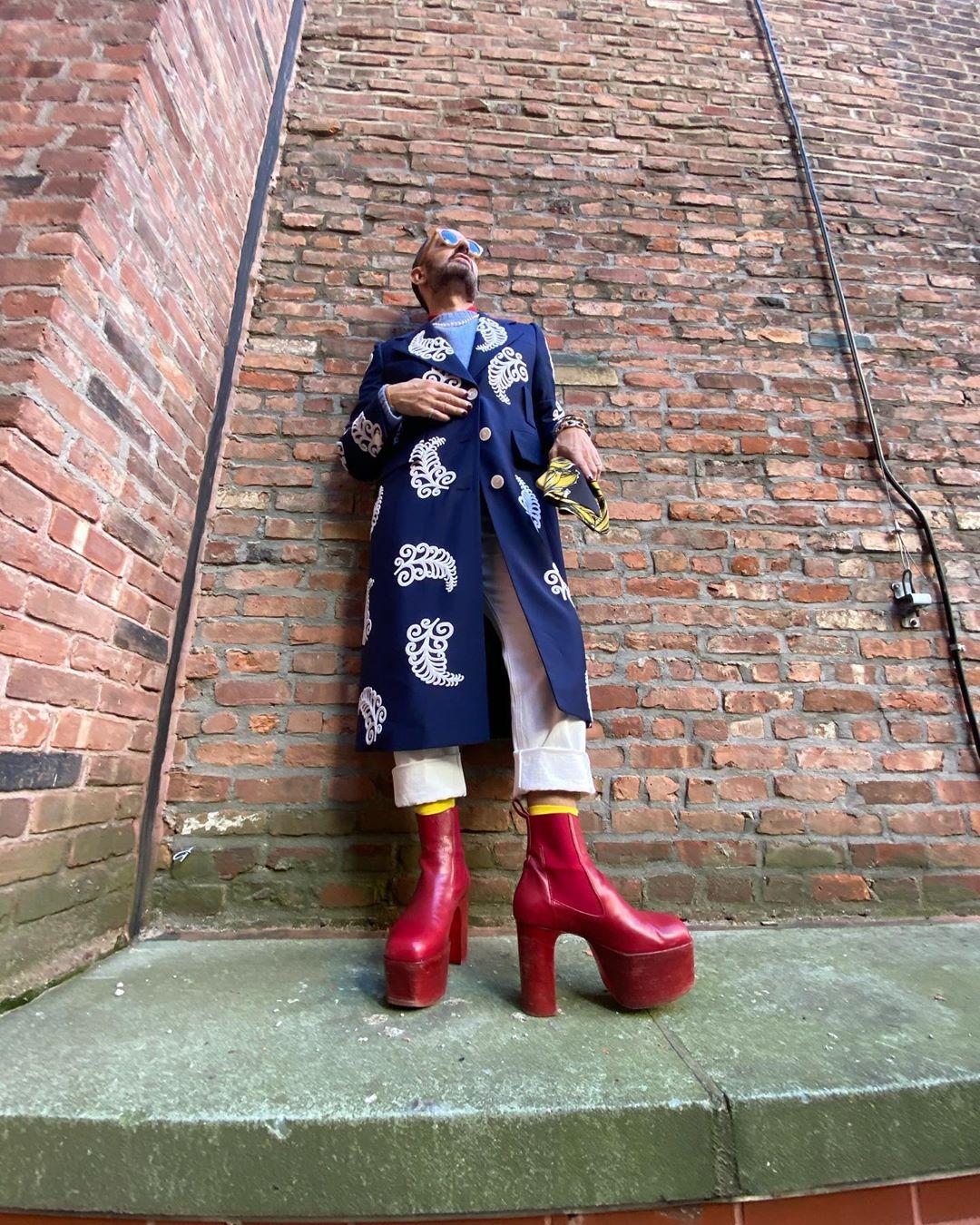 marc jacobs mặc áo khoác dáng dài trench coat họa tiết cùng giày cao gót platform