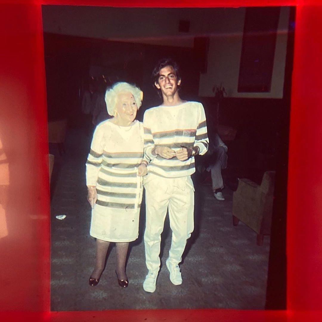 marc jacobs mặc đồ trắng sọc xám cùng bà nội helen