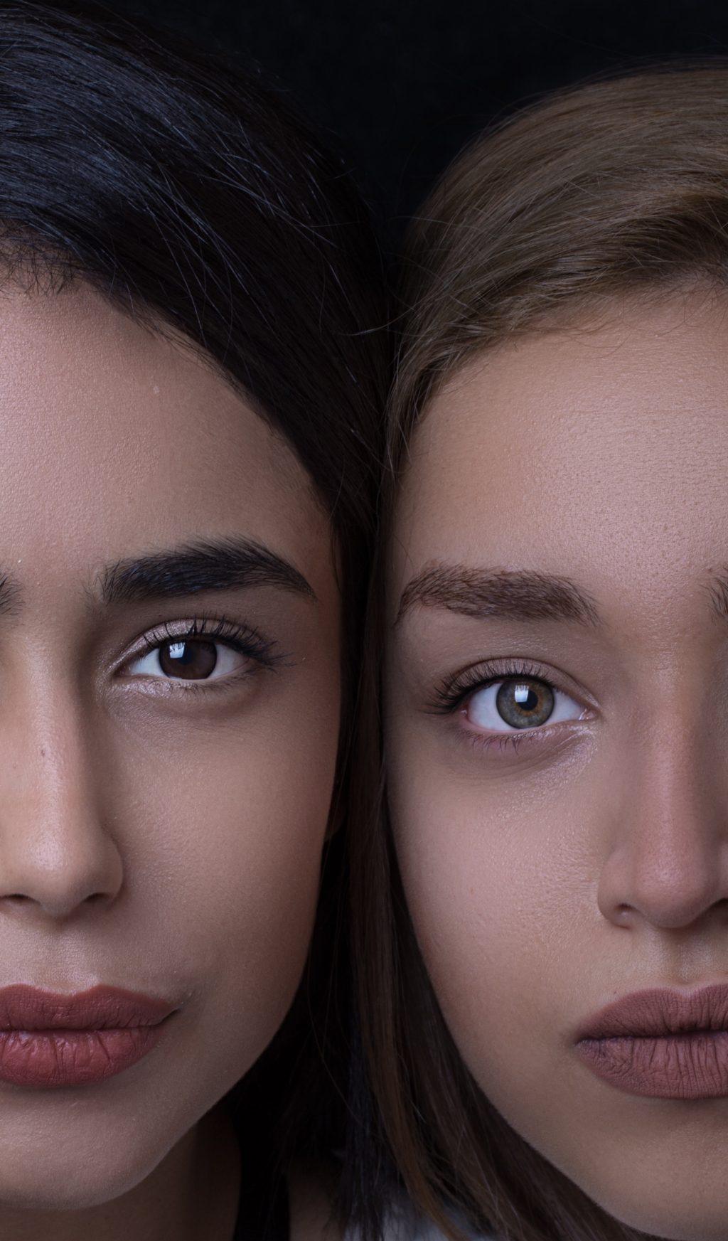 Cách làm mặt nạ-Chụp cận mặt hai cô gái.