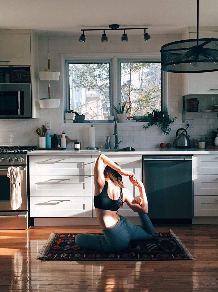 Cô gái mặc đồ tập Yoga và tập luyện tại nhà