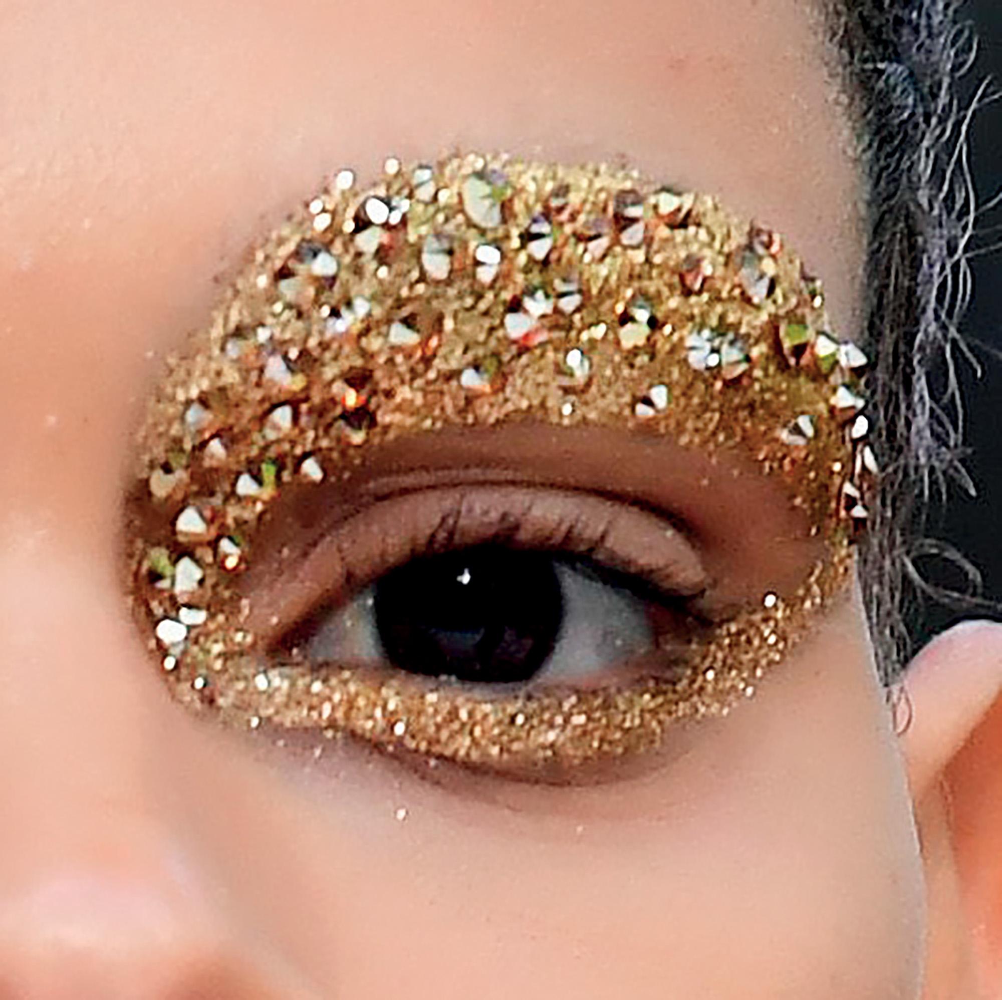 trang điểm đôi mắt với bảng màu ấn tượng