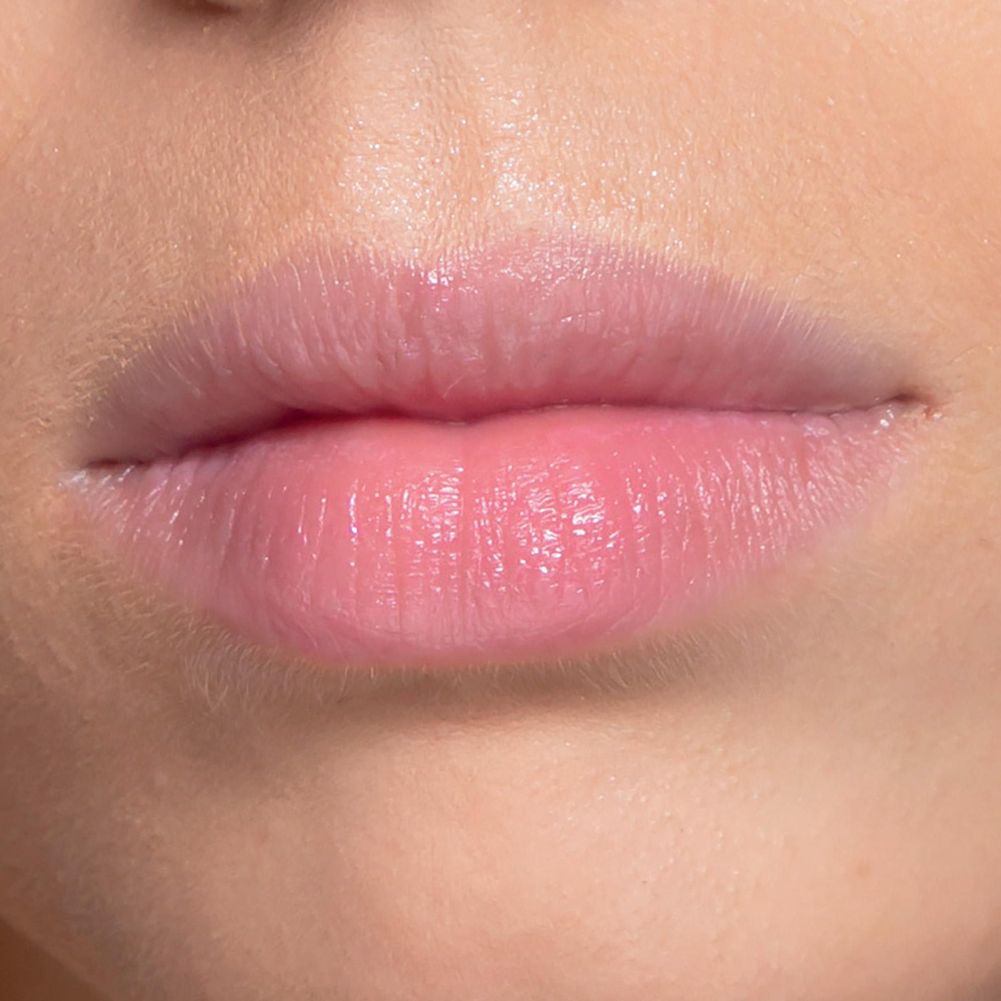trang điểm môi với son dưỡng có màu