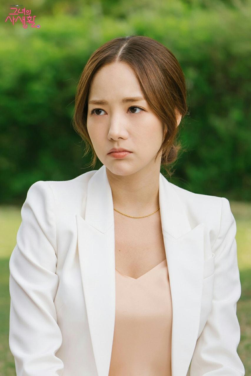 Park Min Young mặc áo hồng nhạt, áo blazer trắng, đeo dây chuyền mảnh trong phim Her Private Life