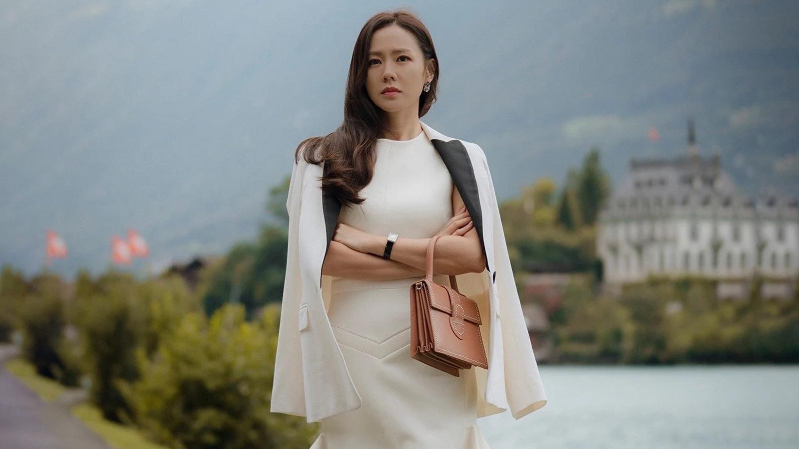Son Ye Jin phối đồ với đầm trắng, áo khoác trắng, xách túi nâu trong Crash Landing On You
