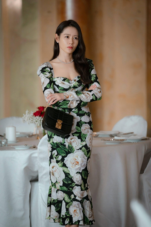 Son Ye Jin mặc đầm hoa cầm túi xách đen trong phim Hàn Quốc Crash Landing On You