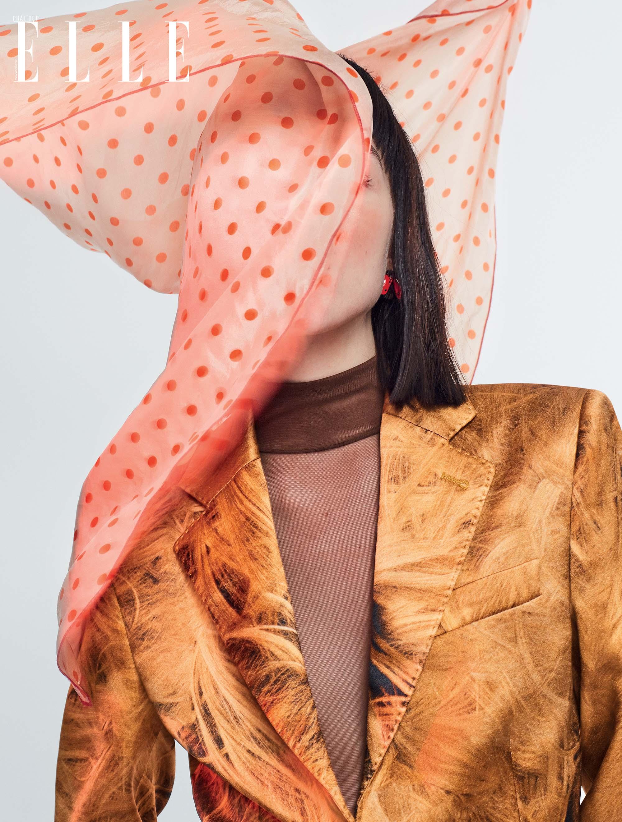 cách mặc đẹp với khăn chấm bi va áo vest