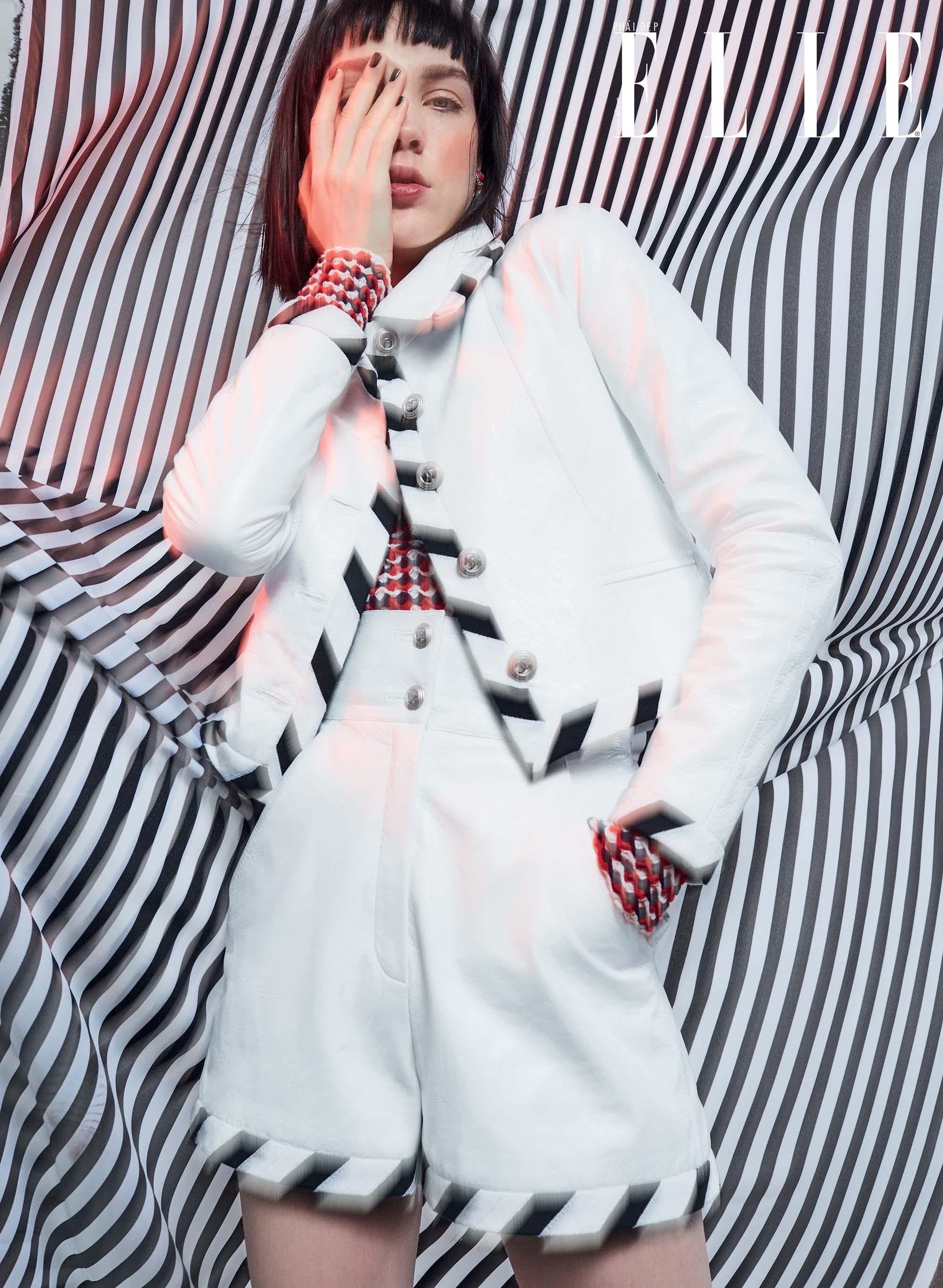 mặc đẹp với họa tiết kẻ sọc trong trang phục màu trắng của Chanel