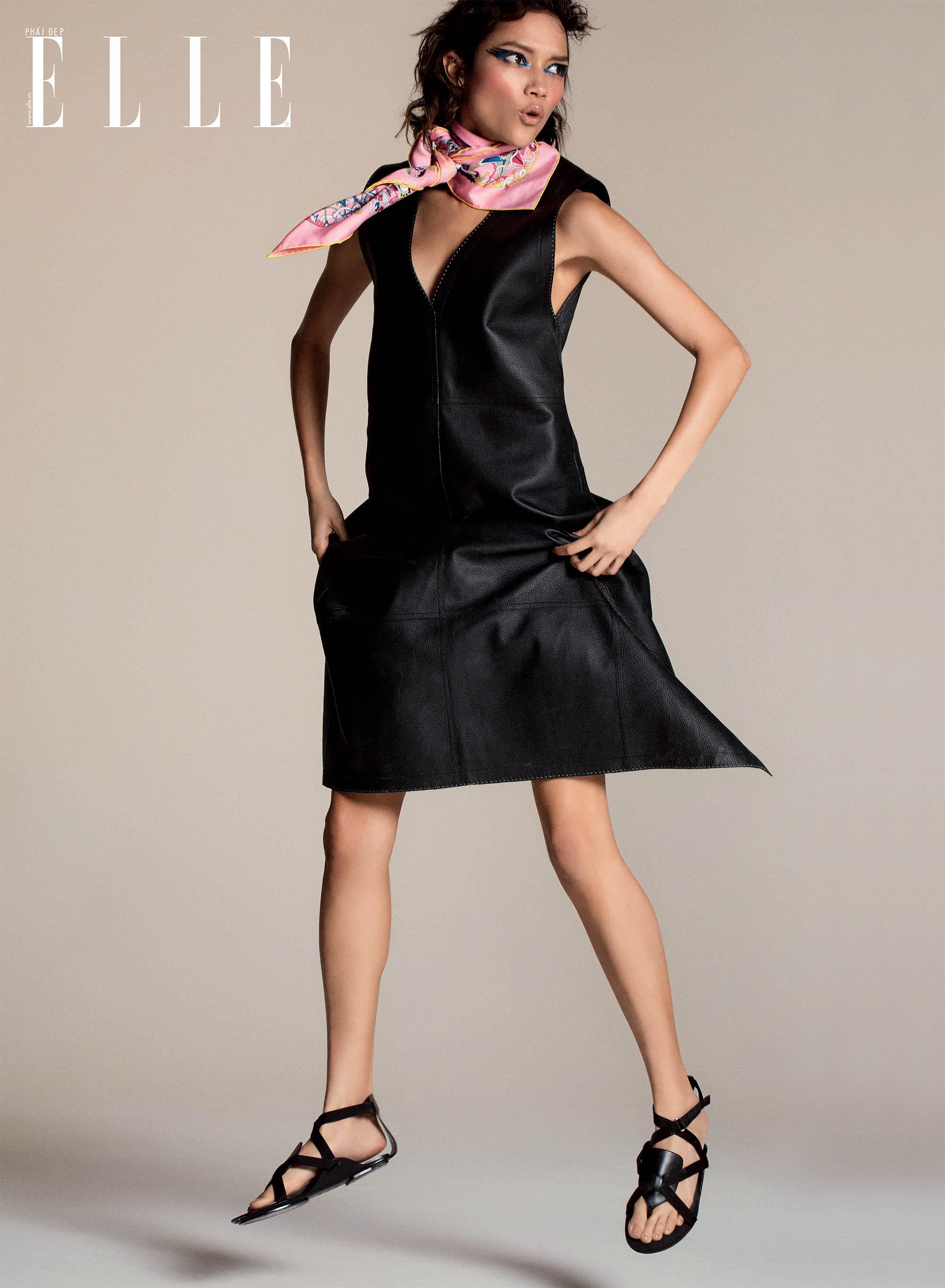 bộ ảnh đầm da đen và khăn lụa họa tiết màu hồng