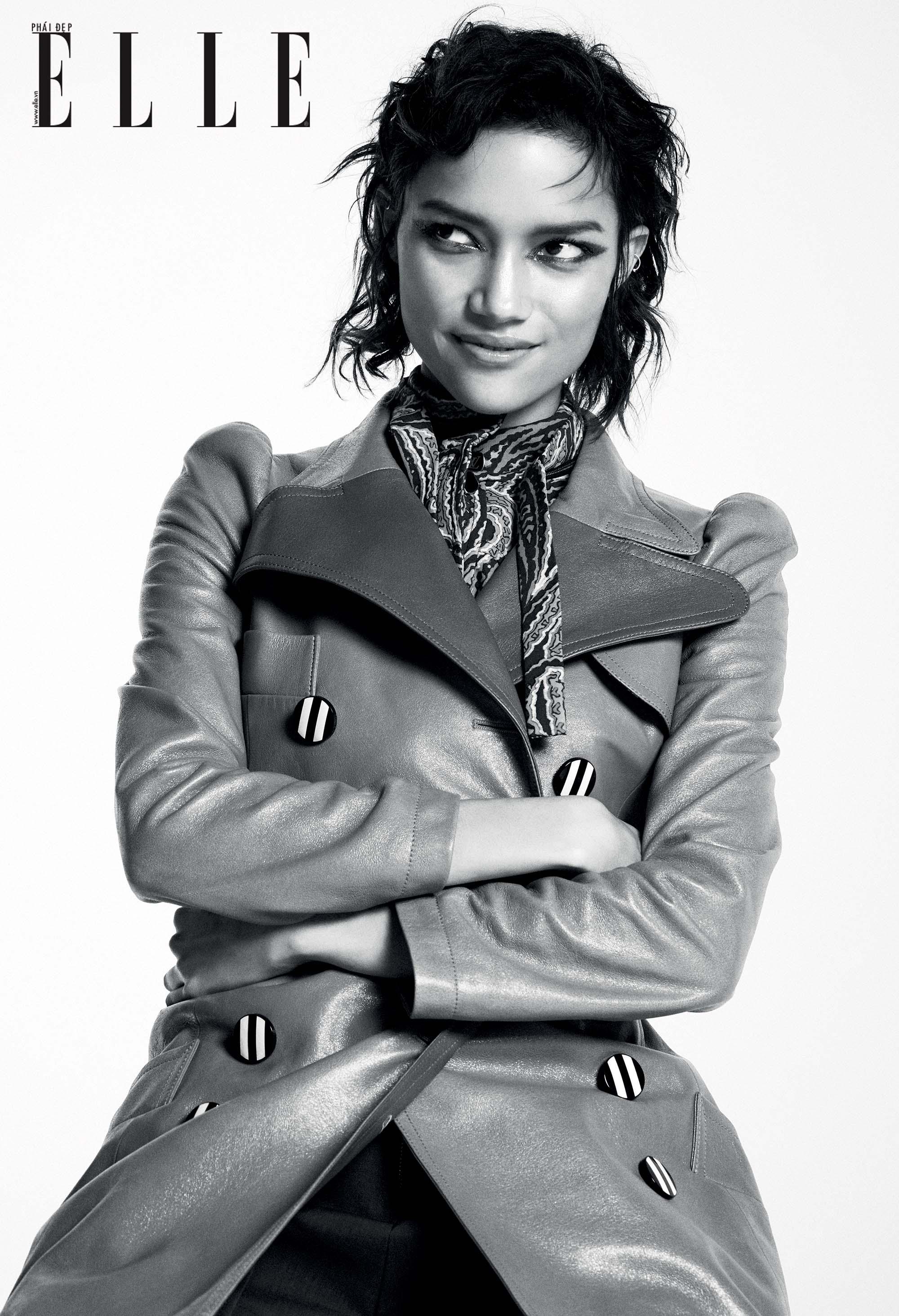 bộ ảnh người mẫu với áo khoác dáng dài và khăn lụa họa tiết