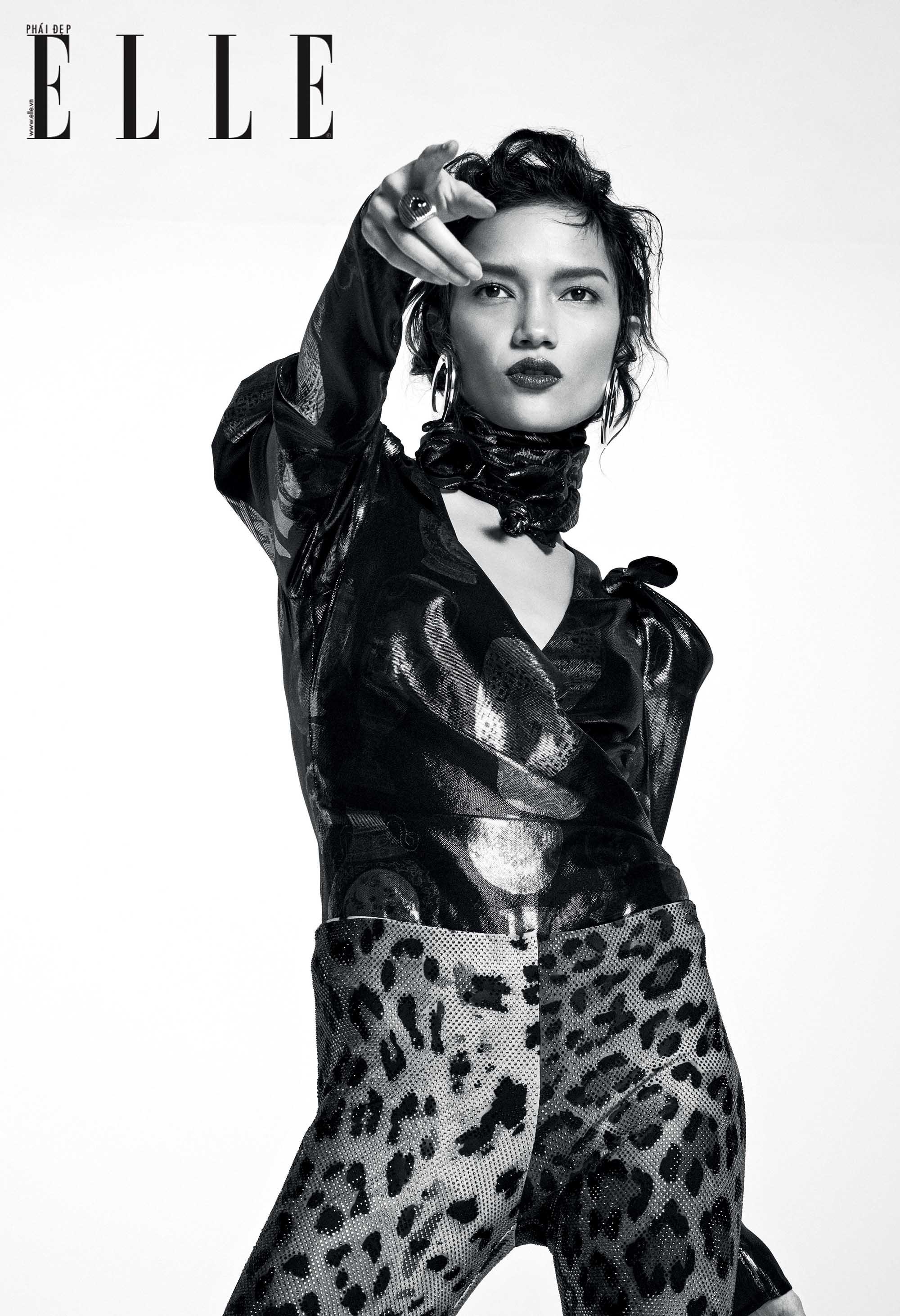 bộ ảnh người mẫu với trang phục và khăn lụa họa tiết