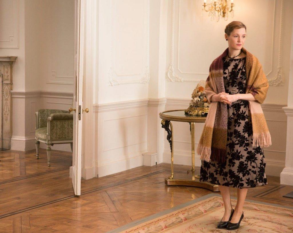 phim thời trang âu mỹ phantom thread đầm ren choàng khăn vàng