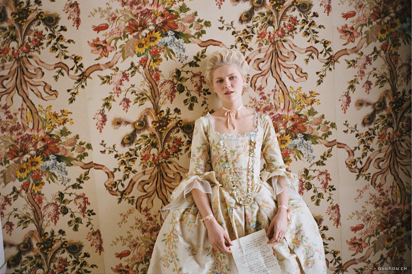 thời trang phim marie antoinette đầm trắng họa tiết hoa trước bức tường hoa