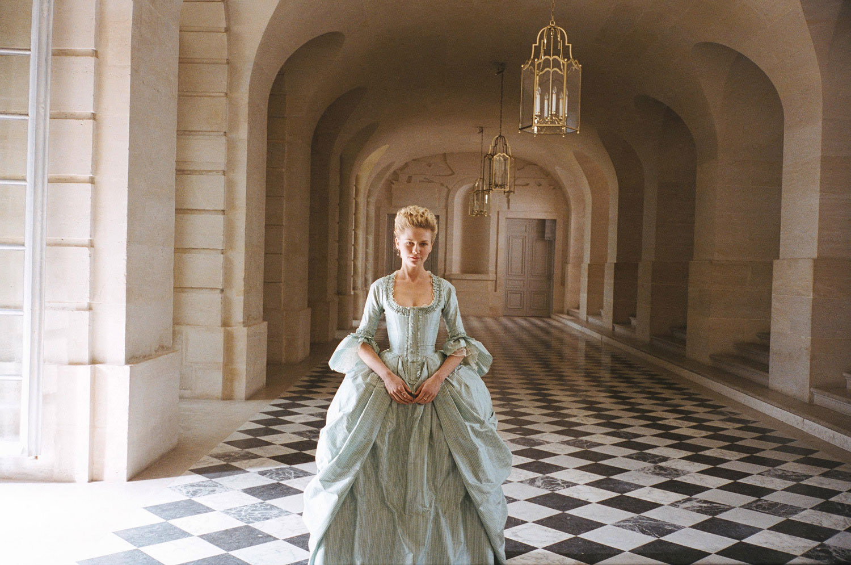 thời trang phim marie antoinette đầm xanh trong hành lang cung điện